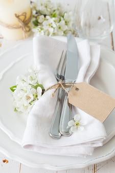 Réglage de la table de printemps avec des fleurs blanches