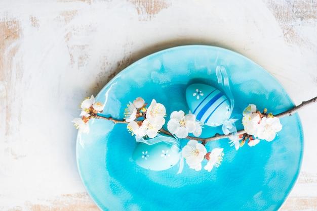 Réglage de la table de printemps avec la floraison des pêches