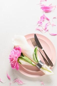 Réglage de la table romantique avec des fleurs de pivoine rose