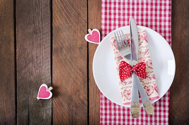 Réglage de la table romantique pour la saint valentin dans un style rustique. vue de dessus