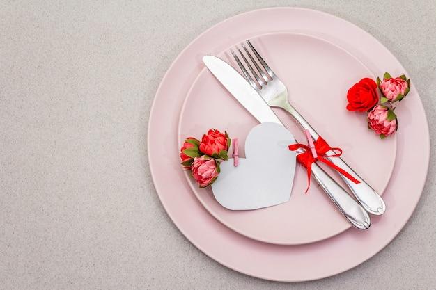 Réglage de la table romantique pour la saint-valentin