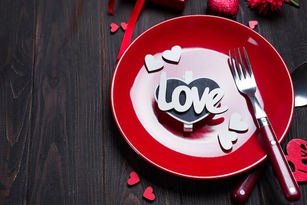 Réglage de la table romantique pour la saint valentin