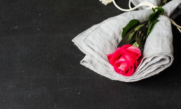 Réglage de la table avec rose rouge