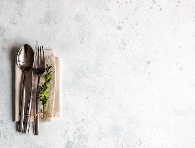 Réglage de la table rustique avec buis avec espace de copie. décoration de vacances à la provençale.