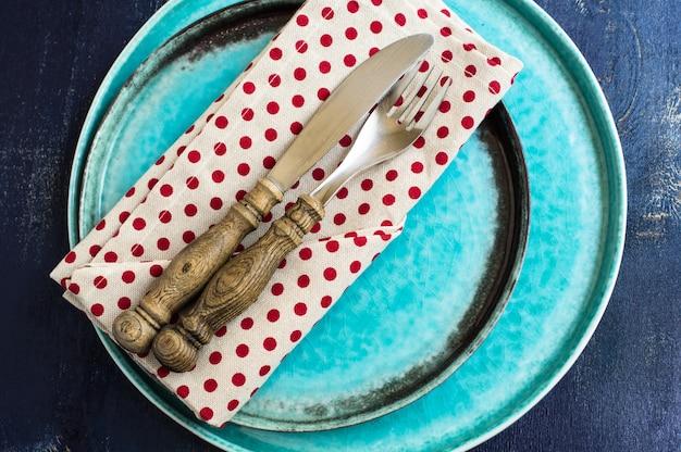 Réglage de la table rustique avec des couverts