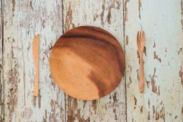 Réglage de la table rustique sur une table en bois