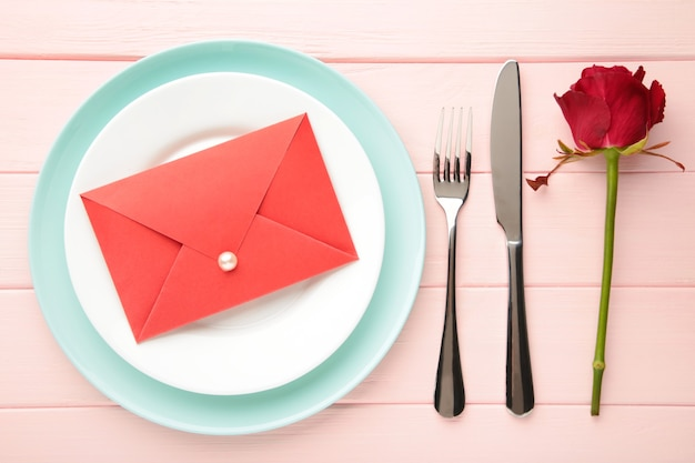 Réglage de la table de la saint-valentin sur rose.