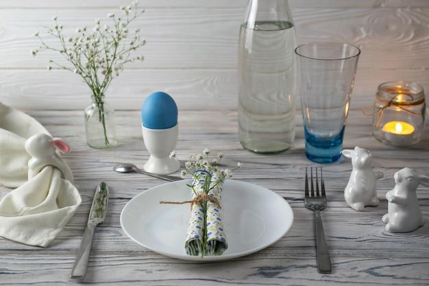 Réglage de la table de vacances de pâques avec des décorations de pâques.