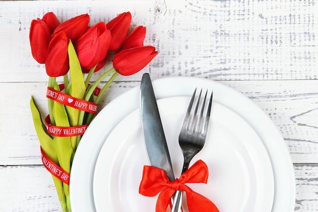 Réglage de la table de vacances romantiques, sur bois