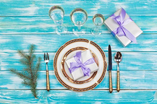 Réglage de la table de vacances sur une table en bois aux couleurs lilas