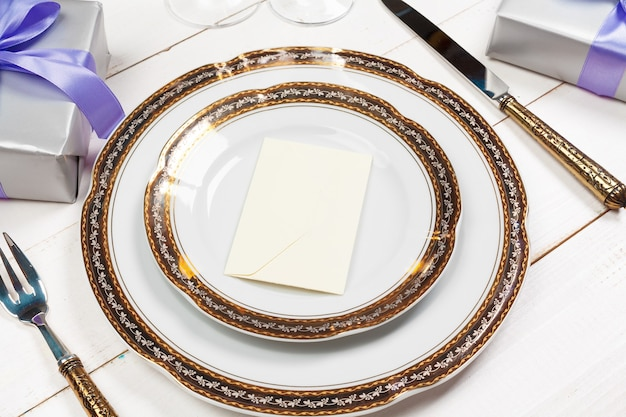 Réglage de la table de vacances sur une table en bois dans des couleurs lilas
