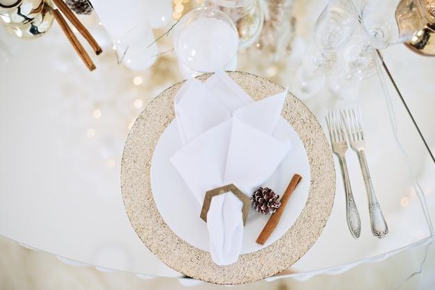 Réglage de la table en verre festif du nouvel an.