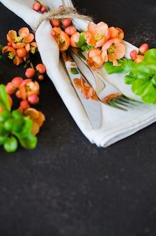 Réglage de la table vintage avec des fleurs délicates sur fond sombre
