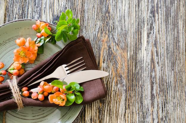 Réglage de la table vintage avec des fleurs délicates sur une table minable rustique.