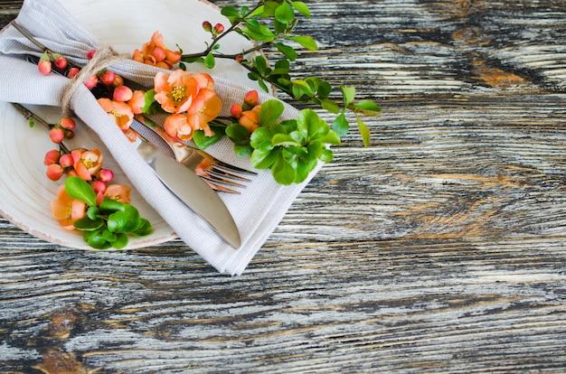 Réglage de la table vintage avec des fleurs délicates sur une table rustique minable.