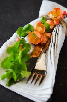Réglage de la table vintage avec des fleurs délicates