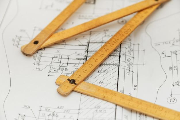 Règle pliante sur les dessins de dessin d'ingénieur