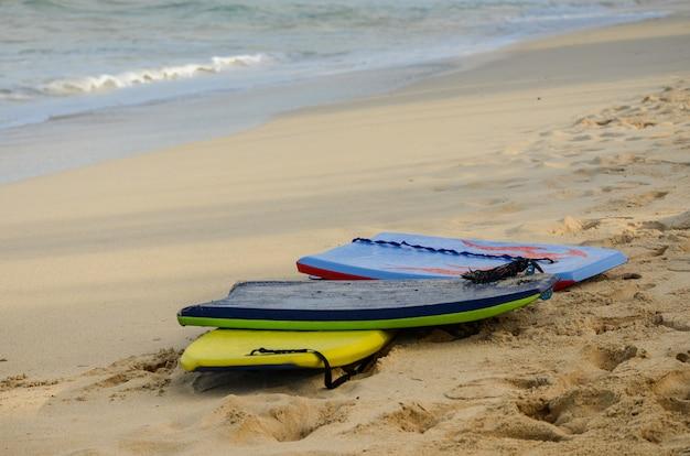 Regroupement de 3 planches de boogie sur la plage de waimanalo à oahu, hawaii