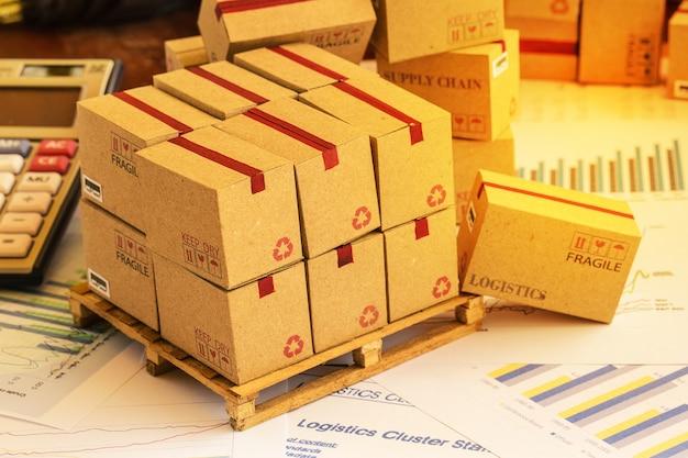 Regroupement de produits d'investissement financier sur palette en bois.
