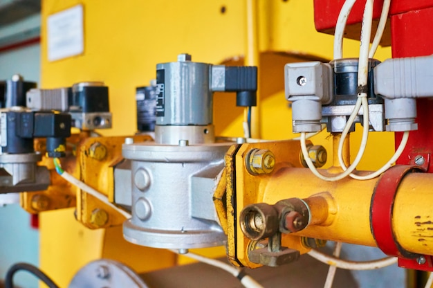 Régulateur de pression de gaz dans le conduit coloré en jaune.