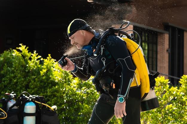 Régulateur de test de plongeur homme avant la plongée sous-marine