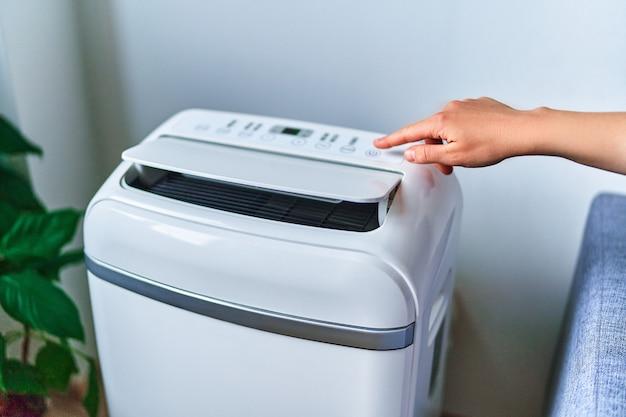 Régulation de la température de refroidissement du climatiseur par temps chaud d'été. air frais et propre à la maison