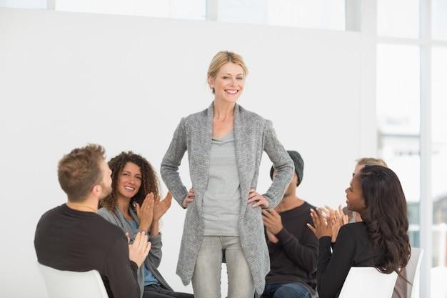 Rehab groupe applaudissant femme debout