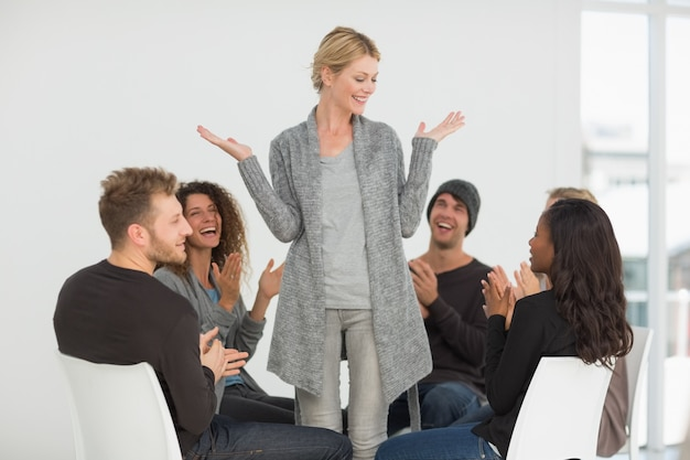 Rehab groupe applaudissant femme heureuse debout