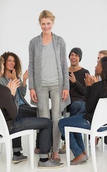 Rehab groupe applaudissant femme ravie debout