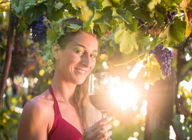La reine du vin visitant son vignoble