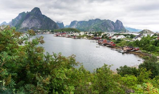Reine est un village de pêcheurs sur l'île de moskenesya dans l'archipel des lofoten, comté de nordland, en norvège. route touristique nationale des lofoten