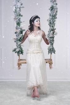 Reine des glaces aux pieds nus sur une balançoire