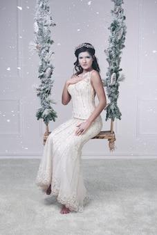 Reine des neiges sur la balançoire au studio shot