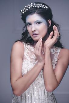 Reine des neiges faisant des gestes au studio shot