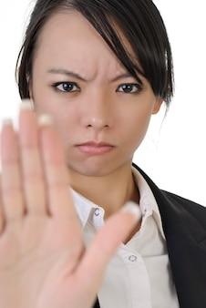 Rejeter le geste par une femme d'affaires asiatique avec une expression confiante, portrait agrandi sur fond blanc.