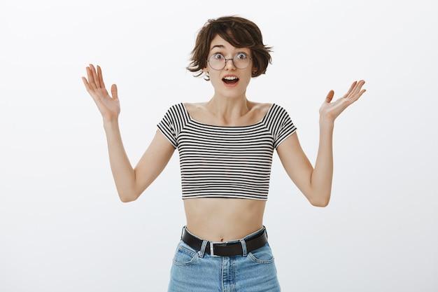 Réjouissant femme levant les mains surpris et heureux