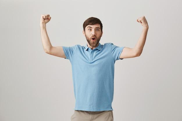Réjouissant jeune homme barbu posant