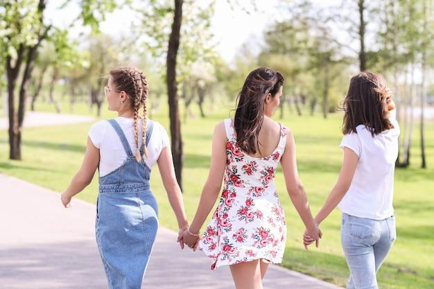 Relation amicale. femmes dans le parc pendant la journée