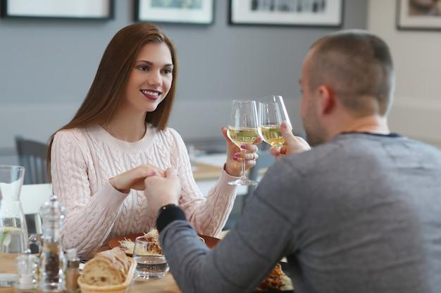 Relation. beau couple au café