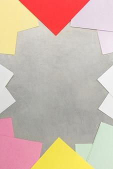 Remarque papier et clip à la texture de fond en métal
