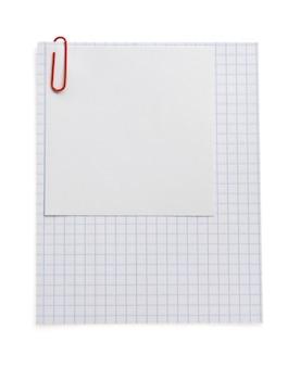 Remarque papier vérifié et trombone isolé sur fond blanc