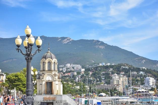 Remblai dans la station balnéaire de yalta, les gens marchent le long du remblai de yalta