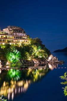 Remblai nocturne pittoresque sur la côte adriatique.