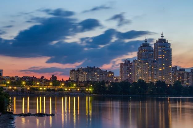 Remblai de nuit lumineuse sur les rives du dniepr sur obolon