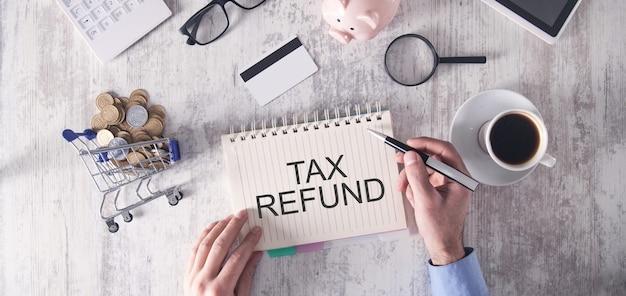 Remboursement d'impôt. concept commercial et financier