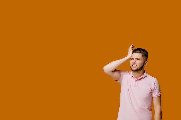 Remède contre les maux de tête du jeune homme barbu