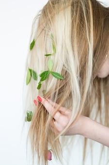 Remède populaire naturel pour des cheveux sains. recette de shampoing bio. produits verts faits maison.