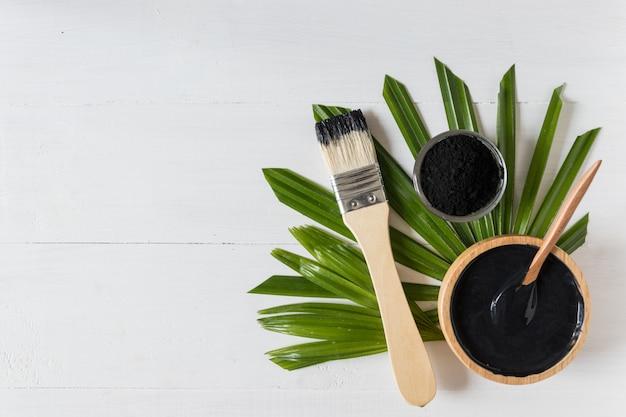 Remèdes maison et soins du visage faits maison, masque au charbon de bois noir et yaourt activés, produit cosmétique