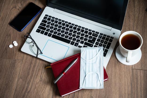 Remèdes et médicaments sur le lieu de travail pendant la quarantaine. le concept de traitement à domicile du coronavirus et du travail à distance pendant l'épidémie de sras-cov-2