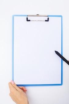 Remettez le dossier et la poignée sur un fond blanc.